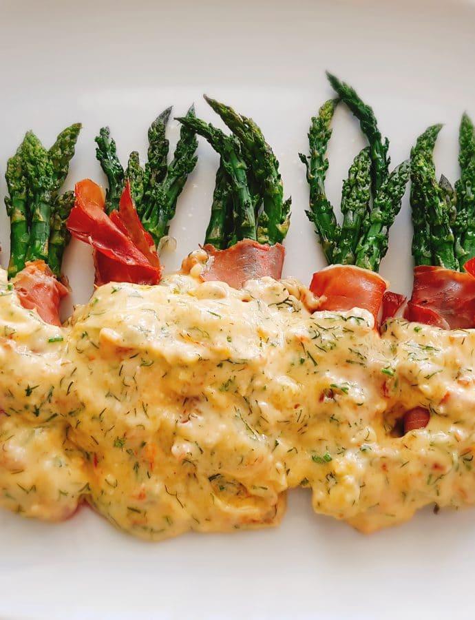 Szparagi z sosem camembert