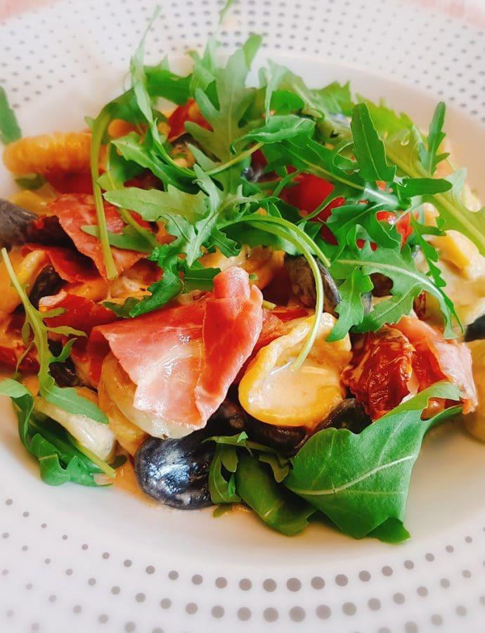 Orecchiette z suszonymi pomidorami i szynką parmeńską