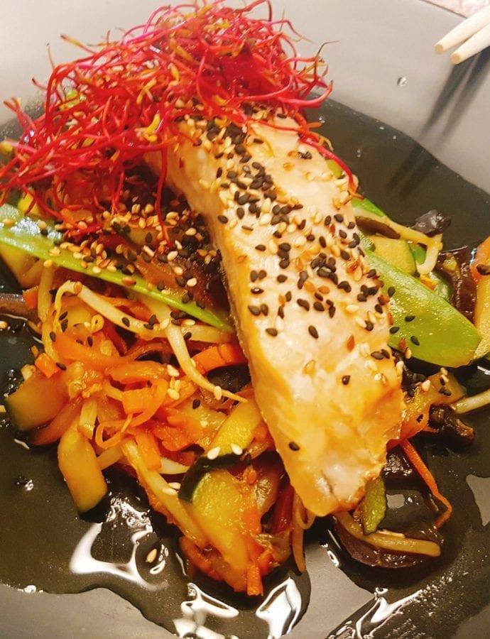 Łosoś na warzywach z sosem kabayaki